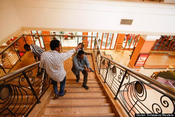 Abdul Haji a Harish Patel sestupují schodištěm obchodního domu Westgate (Nairobi), kde pomohli stovkám osob utéct před těžce ozbrojenými teroristy.