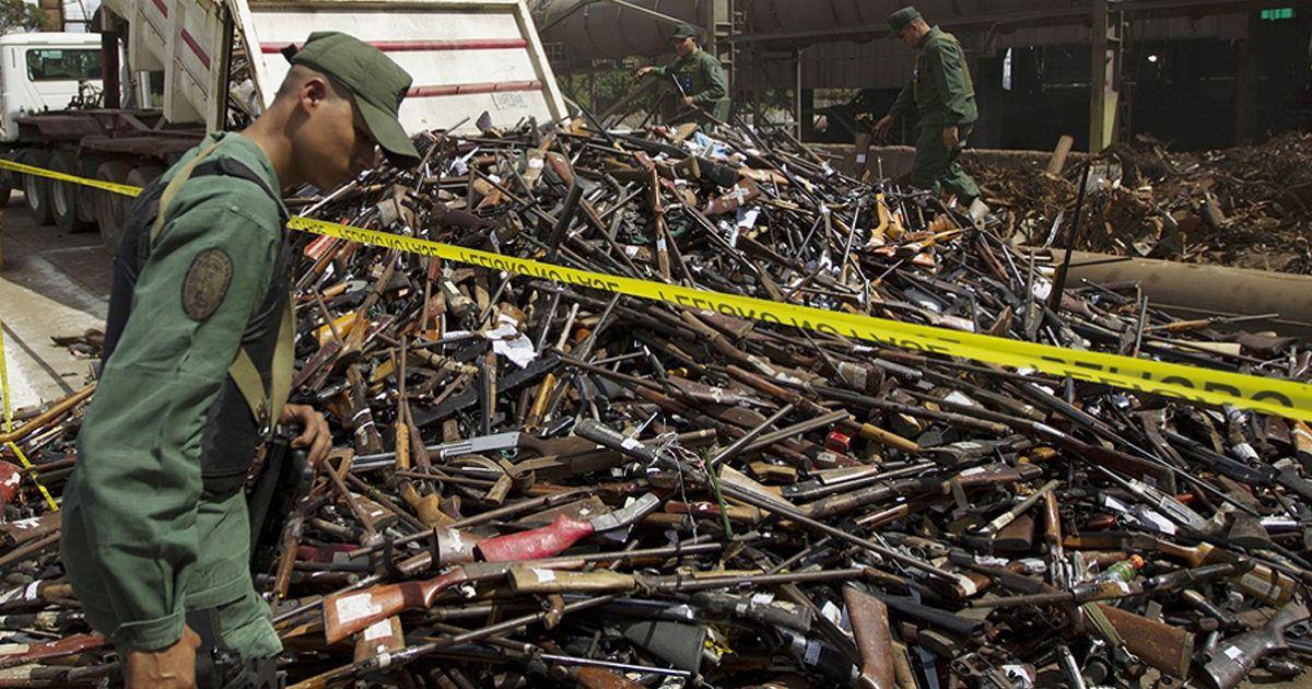 Veřejné ničení konfiskovaných zbraní ve Venezuele.