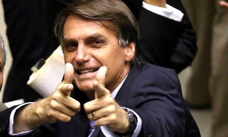 Jair Bolsonaro a jeho ikonické pistolové gesto.